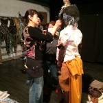鈴音さんのヘアを念入りに チェックするエイミ―前田さん