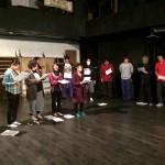 オッフェンバックの歌に 挑戦する島民コーラス隊